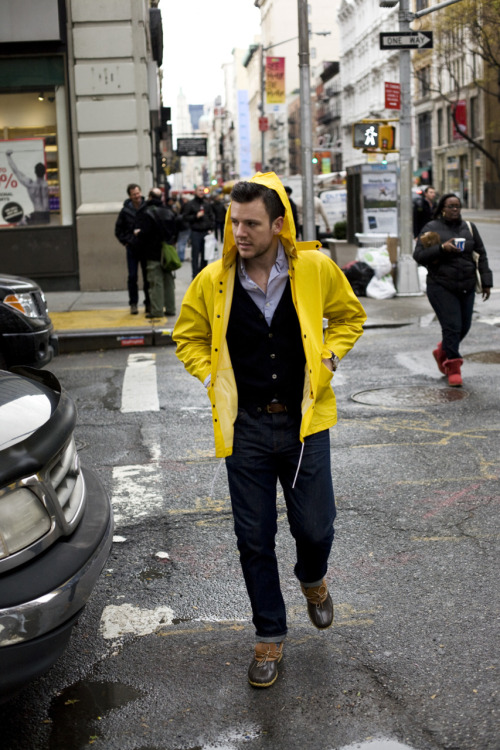 How often do you see a yellow raincoat? It's so versatile and it livens up a rainy day. VERITAS: THESTYLEBLOGGER