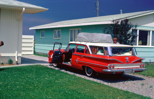Road trip!  Aren't the colours in this Kodachrome slide so wonderful?  Taken in Great Falls, Montana, 1964 via Shorpy.