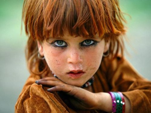Pashtun Tribal Zone, Afghanistan http://photography.nationalgeographic.com/photography/photos/reza-one-world-one-tribe/#/reza-afghanistan_11255_600x450.jpg I'm very curious about this little girl..