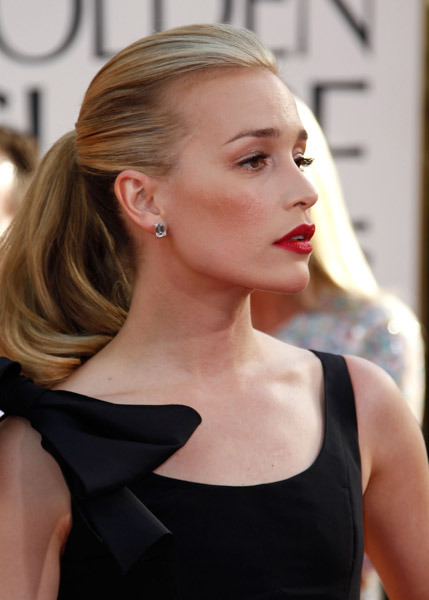 bow / lip / pony piper perabo in Oscar de la Renta.