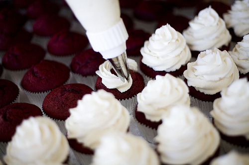 ohh I want a red velvet cupcake… or maybe I should make them!!