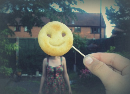 photojojo:  Where does one find a fried happy face patty? Because we would like to try this! (Know who shot this?)