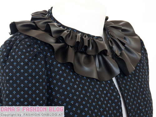 ruffled leather collar