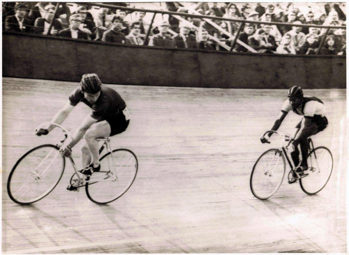 WATCH FOR IT…   Tommy Banks keeps an eye on his opponent at Meadowbank Velodrome in Edinburgh during the 1970 Commonwealth Games.  Another rad vintage racing photo from Robert's Flickr.