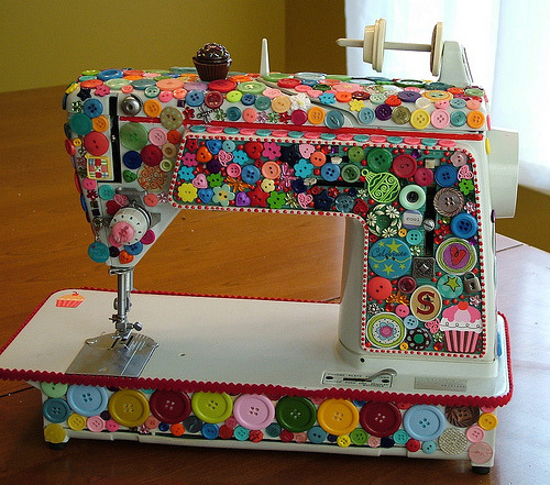 ephemeralmailbox:  <3 buttons + sewing!  Like whoa.