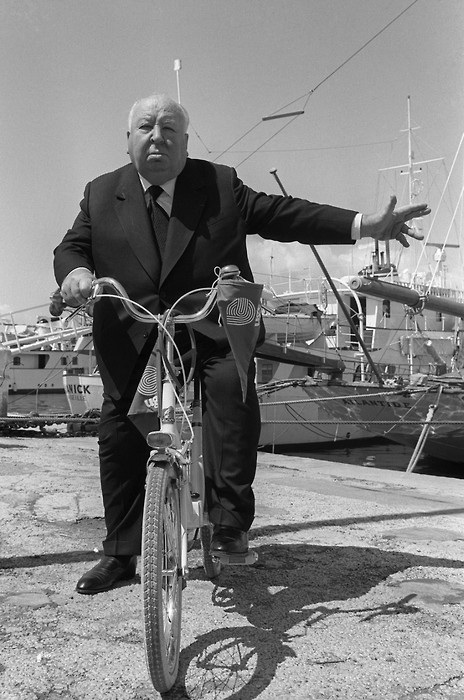 ridesabike:  Alfred Hitchcock rides a bike. And signals.