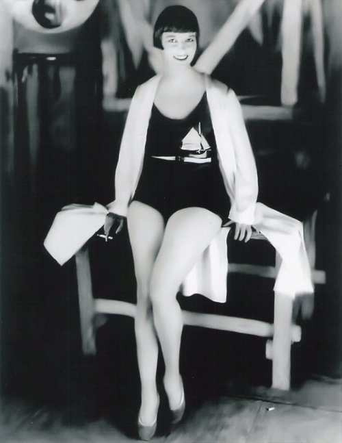 vintagegal:  Louise Brooks 1920s  Love these bathers!