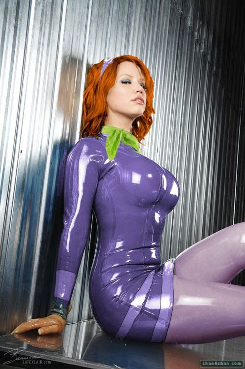 cerus:  captainkirk1701:  Cosplay: Latex Daphne thanosthemadtitan:  mr1xiii3:  im not into this much but dammmmnnnnnnnn  Please tell me there is a latex Velma floating round somewhere????  Scooby Doo was never the same afterwards.