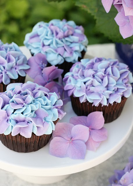 Hydrangrea cupcakes! What a lovely spring surprise!