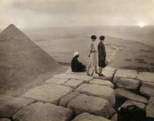 adamlunatone:  Tourists on top of the Great Pyramid at Giza, 1920 This is probably one of my most favourite photographs of all time.