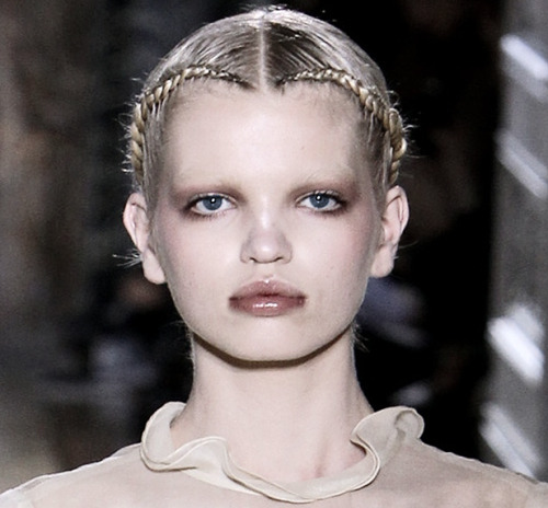 Daphne for Valentino Haute Couture S/S 2011. The girl is fucking DIVINE.