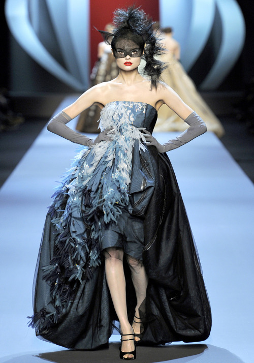 csebastian:  Vogue: Christian Dior Haute Couture, Spring 2011   photographer: Yannis Vlamos Magdalena Frackowiak (click-through for zoom)