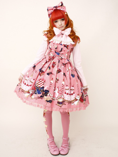 ah~ i wanna dress up as lolita again! even after i got kids! <3  bunnywink:  The more I look at this print, the more I love it.