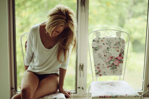 É ruim quando você quer abraçar alguém e a distancia não deixa , é ruim quando você quer chorar mais tem que sorrir , é ruim quando alguém que você ama vai embora e nem se importa se você está sentindo falta dela , é ruim.- Larissa M