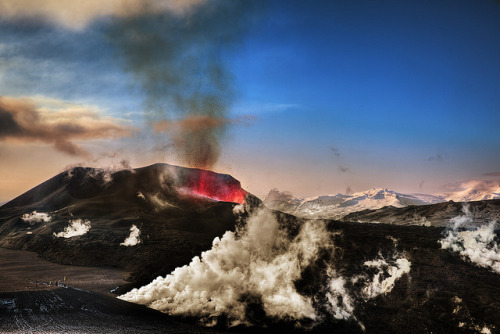 Awesome picture of the recent eruption on Fimmvörðuháls by Tony Prower.
