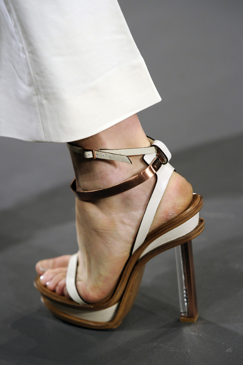 Calvin Klein S/S 2011. I'm on a bit of a CK kick right now. Obsessive over minimalism for spring. Whatever.