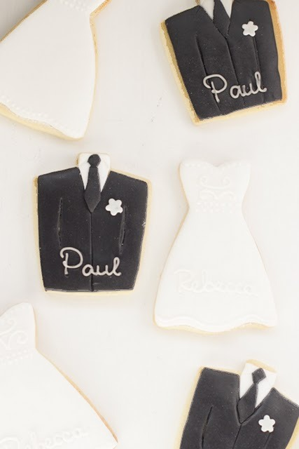sweepmeup:  Bride and groom place card cookies!