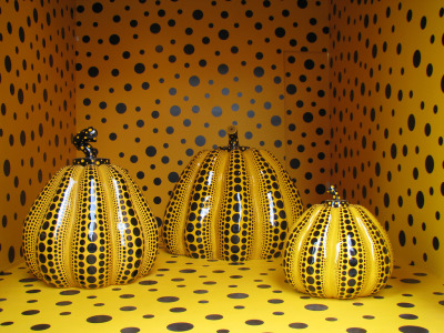 "KUSAMA YAYOI, 1929.Kusama has experienced hallucinations and severe obsessive thoughts since childhood, often of a suicidal nature. She claims that as a small child she suffered severe physical abuse by her mother.Today she lives, by choice, in a mental hospital in Tokyo.Kusama is often quoted as saying: ""If it were not for art, I would have killed myself a long time ago.I could see his work of art ""pumpkin"" a few days ago, which was exhibited at the Institute of Japanese culture in Rome."