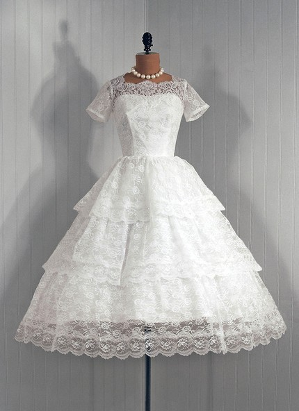 gigaku:  This is basically my dream wedding dress. …maybe less ruffles tho.  I have to reblog a dress like this every once in a while because I just love them so much.