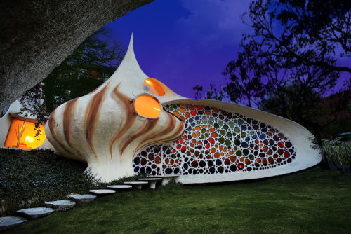 quina:    Nautilus House, Naucalpan, MexicoI know being in the internet for so long, you may have come across that beautiful photo of this interesting house in New Mexico. But do you ever wonder what's inside it? The following are the house's interior that will wow you more for sure.The Living Room: The Bedroom:Walkway.Restroom: Interior x Exterior     Photos courtesy of World Architecture News. Amazing isn't the right word, but it's the first that comes to mind. Enjoy!