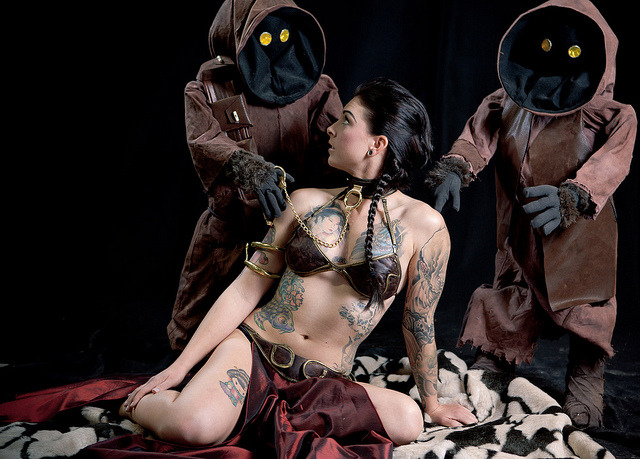 A tattooed slave Leia gets attended to by two Jawas. #starwars #cosplay (by Robin Cook Photography)