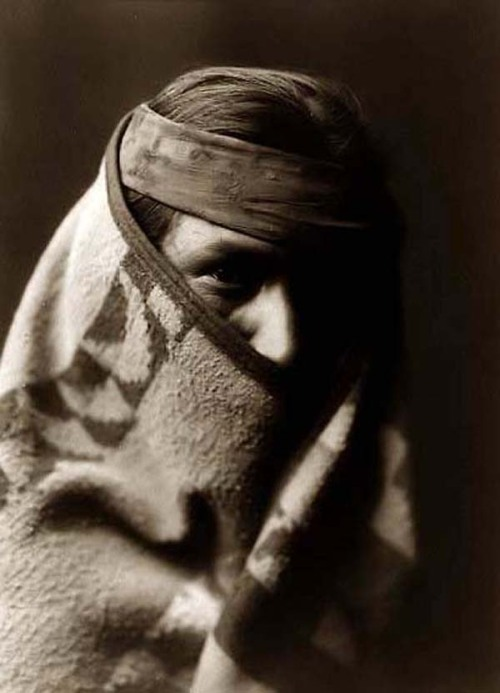 legrandcirque:  Navajo man wrapped in a blanket, photographed by Edward Curtis, 1904