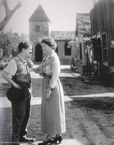 Smile An incredible image of two famous people: Charlie Chaplin and Helen Keller, on the set of Sunnyside, 1918. (Via infatuateur and chaplininpictures.)