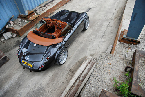 carpr0n:  Back alley meeting Starring: Wiesmann MF3 Roadster (by Thomas Vervuurt.)