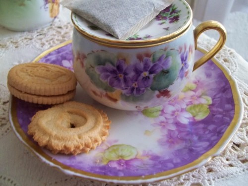 pinkcobweb:  Violets Tea Set