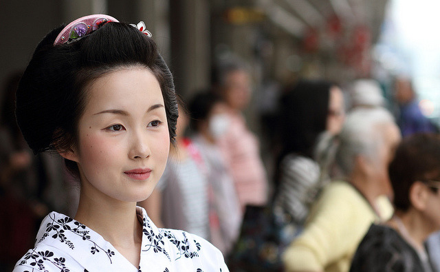 fuckyeahethnicwomen:  july / woman / girl / beauty / face / summer : maiko (apprentice geisha) kyoto, japan / canon 7d EF 85mm f1.8 日本・京都 舞妓 杏佳さん (by Michael Chandler)  Classic beauty never fades. She has an ideal full oval face, straight nose, 'willow branch' eyebrows, medium sized eyes, small cherry blossom mouth, long slender neck, and fair complexion.  Perfectly symmetrical features.   I adore her face so much.