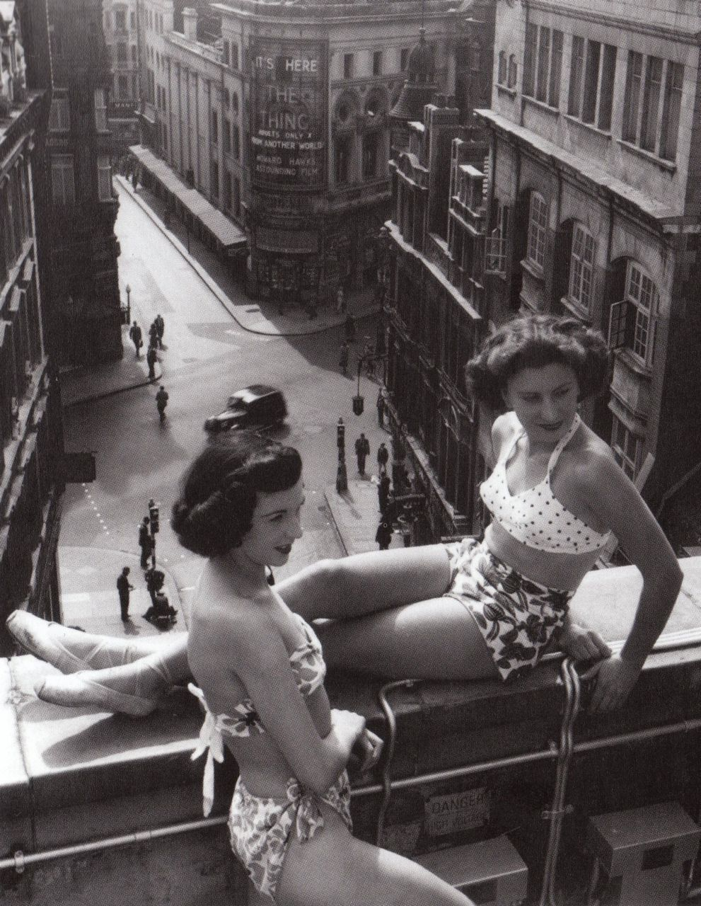 ratak-monodosico:  Sunbathers on a Piccadilly rooftop, July 1953. Photo by Bert Hardy  The doctor says that i'm too much pale, and i always listen carefully to him. Dandy Sunbathe