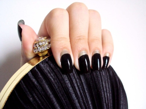 laridiamonds: Black and gold Ruffian Nails. Tutorial @ www.nailsfreak.com  My blog partner is a freaking nail style genius! *-*