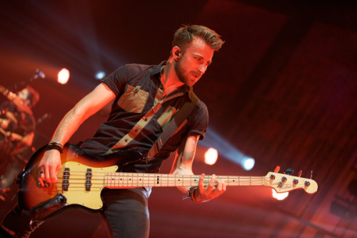 Jeremy. is. SO. HOT! If Hayley doesn't want him can I have him?