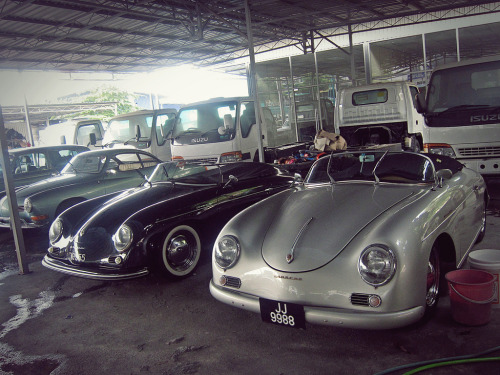 r3kahsttub:  one 356 coupe is rare. two 356 cabriolets, just parked next to each other is just mind blowing. and a very old veedub karmann ghia next to them.