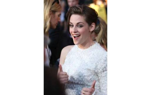 Kristen Stewart smiling? O_o HOMG, somebody call an ambulance. And a bomb squad.