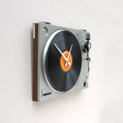 rominachitic:  Cool Turntable Wall Clock, a Tribute to Past Music