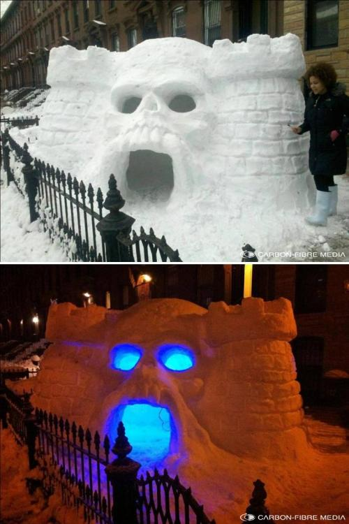 rispostesenzadomanda:  ianbrooks:  Snow Castle Greyskull by Kilroy III From Brooklyn's recent Snowmageddonpalyse, has emerged the dreaded Snow Castle Grey Skull!  epic  Meraviglia!!!
