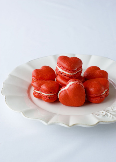 bride2be:  delectable deliciousness: Red Velvet Valentine's Macarons these would make amazing wedding favors!