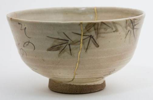 yama-bato:  Tea Bowl with Painting by Otagaki Rengetsu  [+] Someaenu koyo no kage ni machitsuketekyo wa ureshiki hatsushigure kana Still Crimson,In the shade of the maple leaves I take cover;Somehow a happy eventTo feel the first rain of winter.     Rengetsu