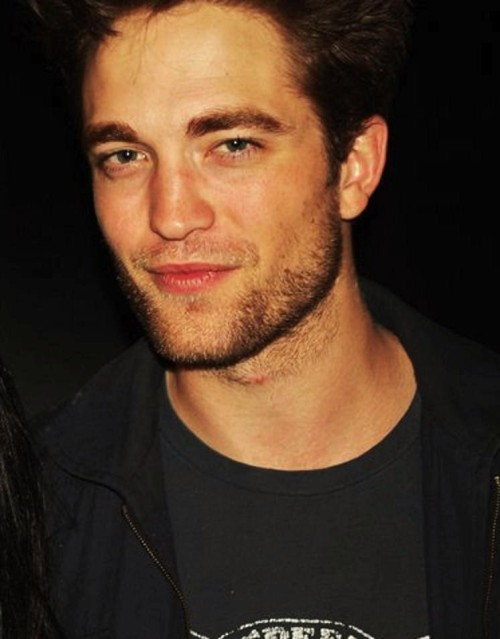 badasspattinson:  socalmom2four:  oh my but he looks good :)) *orig. BD set pic from @ROBsessed <3  * LE DED*
