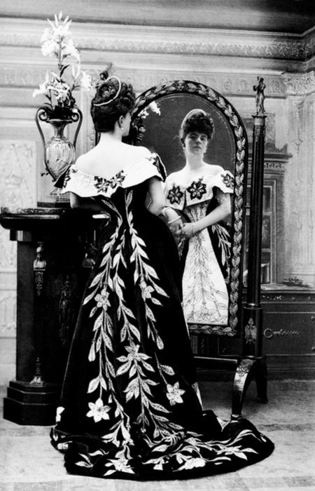 oddresonance:  Nadar, The Comtesse de Greffulhe in her Worth gowns, c.1900