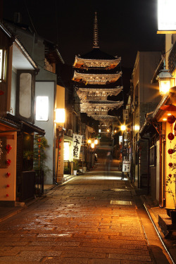 yokosojapan:  Kyoto at night (by Teruhide Tomori)