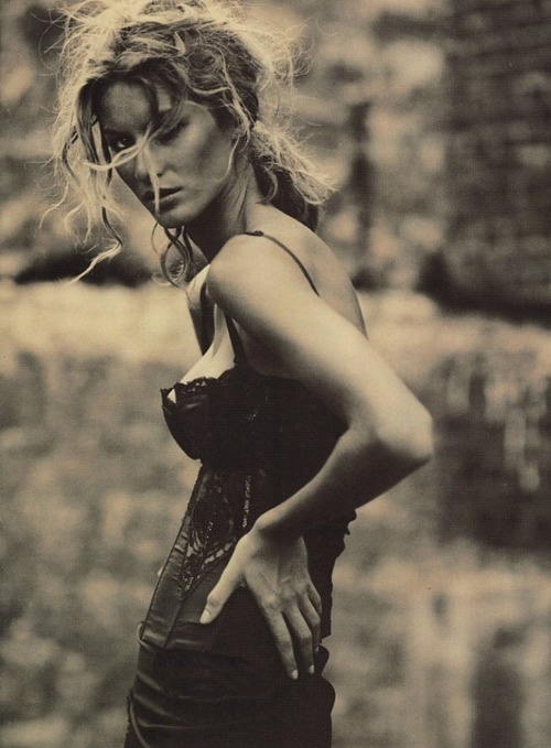 Gisele Bundchen by Paolo Roversi for Vogue Italy, February 2002. Modellbloggen.se.