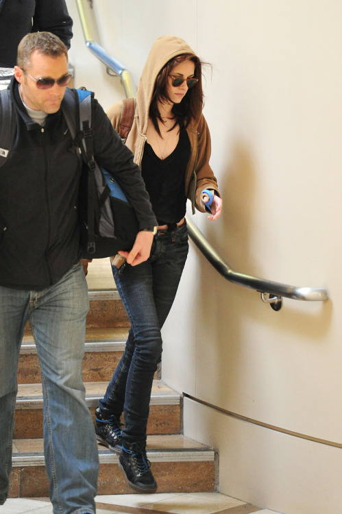 Kristen arriving at LAX - February 18, 2011. Tags: Kristen Stewart candid