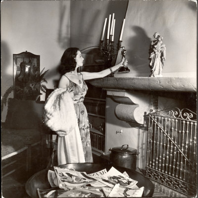 Vivien Leigh Displays Her Oscar at Home See,  Oscar winners really do place their trophies on the mantel over the  fireplace, as Leigh does at her California home after winning Best  Actress for Gone With the Wind at the 1940 banquet.