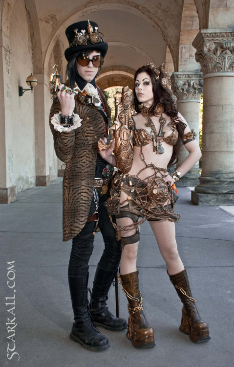 steampunkgirls:    Waffenschau   by *Starkall  Another steampunk beauty from Starkall