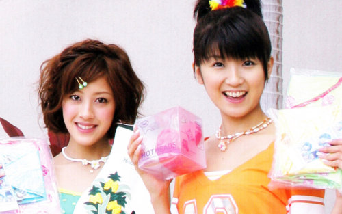 These two Berryz show off souvenirs they bought in Hawaii!