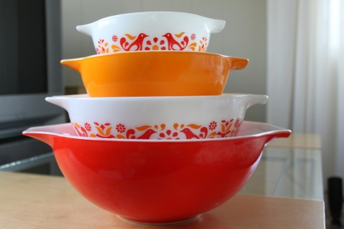 vickiminor:  the newest addition to my pyrex set! i love the colors!  Such a happy little set, congrats vicki on your new lovelies!
