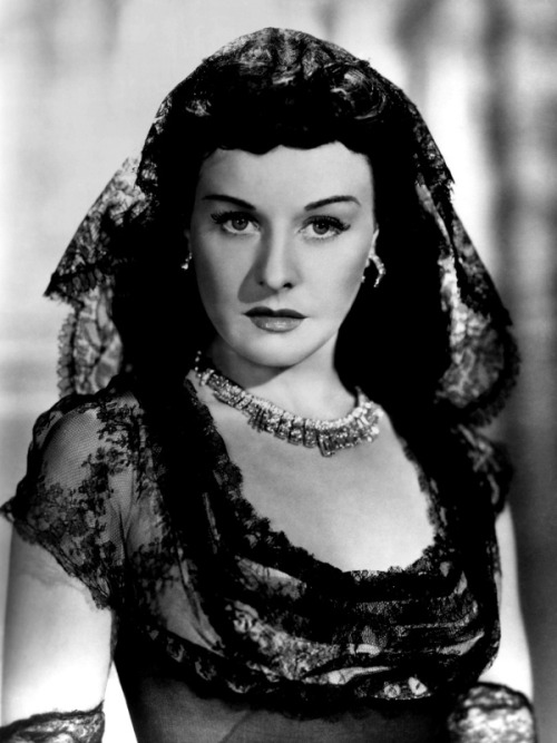 "Paulette Goddard -  ""You live in the present and you eliminate things that don`t matter. You don`t carry the burden of the past."""