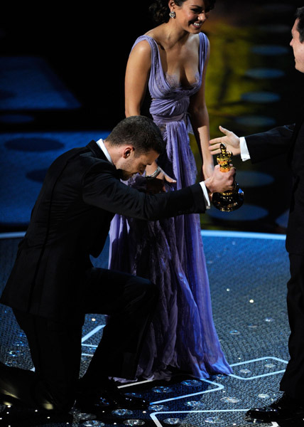 -justintimberlake:  JUSTIN TIMBERLAKE WITH  MILA KUNIS PRESENTING THE AWARD TO TOY STORY 3   BOW DOWN!